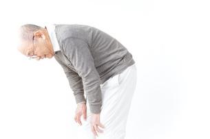 膝の痛みに苦しむシニア男性の写真素材 [FYI04723811]