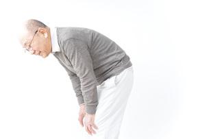 膝の痛みに苦しむシニア男性の写真素材 [FYI04723812]
