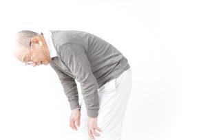 膝の痛みに苦しむシニア男性の写真素材 [FYI04723816]