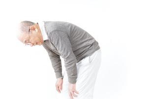 膝の痛みに苦しむシニア男性の写真素材 [FYI04723817]