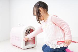 ペットの世話をする子どもの写真素材 [FYI04723890]