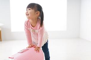 ペットの世話をする子どもの写真素材 [FYI04723893]
