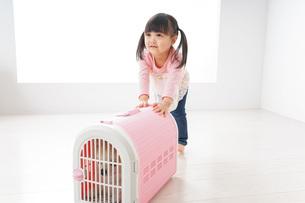 ペットの世話をする子どもの写真素材 [FYI04723895]