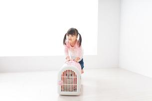 ペットの世話をする子どもの写真素材 [FYI04723908]