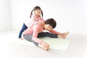 体操をするシニア女性と孫の写真素材 [FYI04723909]