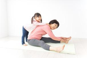 体操をするシニア女性と孫の写真素材 [FYI04723910]