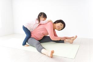 体操をするシニア女性と孫の写真素材 [FYI04723913]