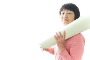 ヨガをするシニア女性の写真素材 [FYI04723937]