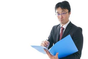 オフィスで働くビジネスマンの写真素材 [FYI04723960]