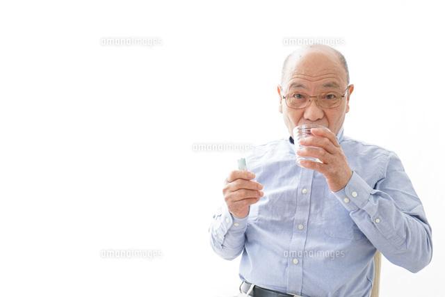 薬を飲む高齢男性の写真素材 [FYI04723962]
