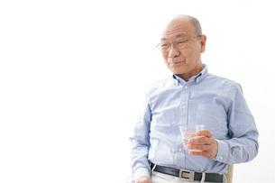 薬を飲む高齢男性の写真素材 [FYI04723973]