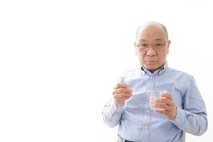 薬を飲む高齢男性の写真素材 [FYI04723974]