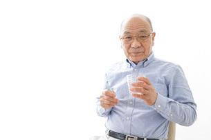 薬を飲む高齢男性の写真素材 [FYI04723978]