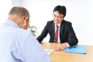 営業マンと高齢者の写真素材 [FYI04723984]