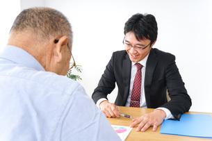営業マンと高齢者の写真素材 [FYI04723986]