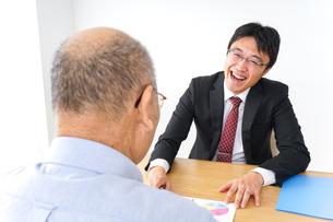 営業マンと高齢者の写真素材 [FYI04723991]