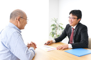 営業マンと高齢者の写真素材 [FYI04723994]