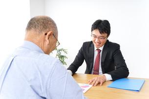 営業マンと高齢者の写真素材 [FYI04723996]