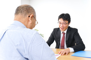 営業マンと高齢者の写真素材 [FYI04723999]