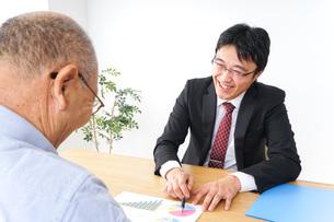 営業マンと高齢者の写真素材 [FYI04724002]