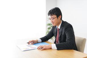 デスクワークをするビジネスマンの写真素材 [FYI04724026]