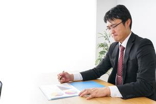 デスクワークをするビジネスマンの写真素材 [FYI04724030]
