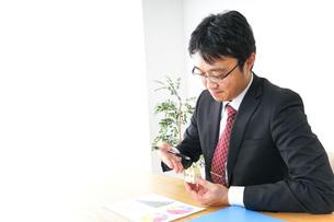 不動産営業のビジネスマンの写真素材 [FYI04724060]