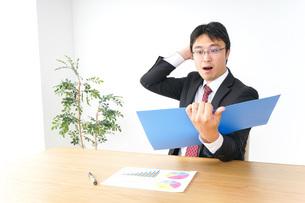 決算・監査・粉飾決算の写真素材 [FYI04724070]