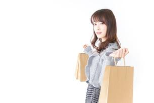 ショッピングをする女性の写真素材 [FYI04724117]