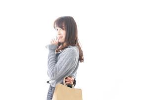 ショッピングをする女性の写真素材 [FYI04724122]