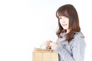 ショッピングをする女性の写真素材 [FYI04724123]