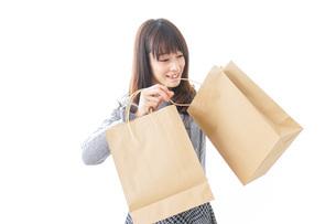 ショッピングをする女性の写真素材 [FYI04724125]