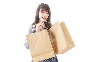 ショッピングをする女性の写真素材 [FYI04724126]