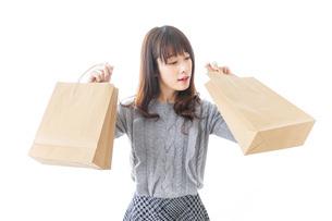 ショッピングをする女性の写真素材 [FYI04724127]