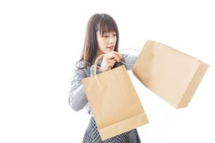 ショッピングをする女性の写真素材 [FYI04724128]