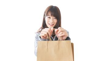 ショッピングをする女性の写真素材 [FYI04724129]