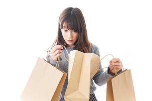 ショッピングをする女性の写真素材 [FYI04724130]