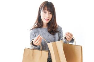 ショッピングをする女性の写真素材 [FYI04724133]