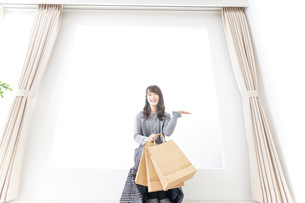 ショッピングをする女性の写真素材 [FYI04724134]