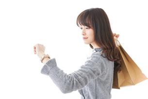 ショッピングをする女性の写真素材 [FYI04724135]