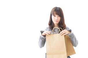 ショッピングをする女性の写真素材 [FYI04724136]