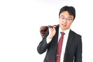 スーツで通勤をするビジネスマンの写真素材 [FYI04724137]