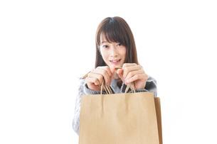 ショッピングをする女性の写真素材 [FYI04724138]