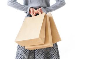 ショッピングをする女性の写真素材 [FYI04724142]