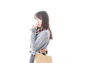 ショッピングをする女性の写真素材 [FYI04724143]