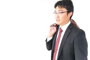スーツで通勤をするビジネスマンの写真素材 [FYI04724151]