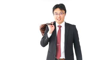 スーツで通勤をするビジネスマンの写真素材 [FYI04724154]