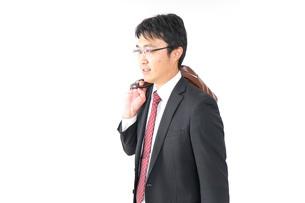 スーツで通勤をするビジネスマンの写真素材 [FYI04724156]