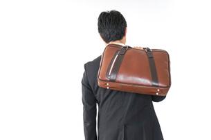 スーツで通勤をするビジネスマンの写真素材 [FYI04724158]