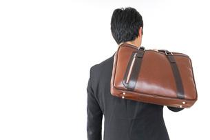 スーツで通勤をするビジネスマンの写真素材 [FYI04724160]